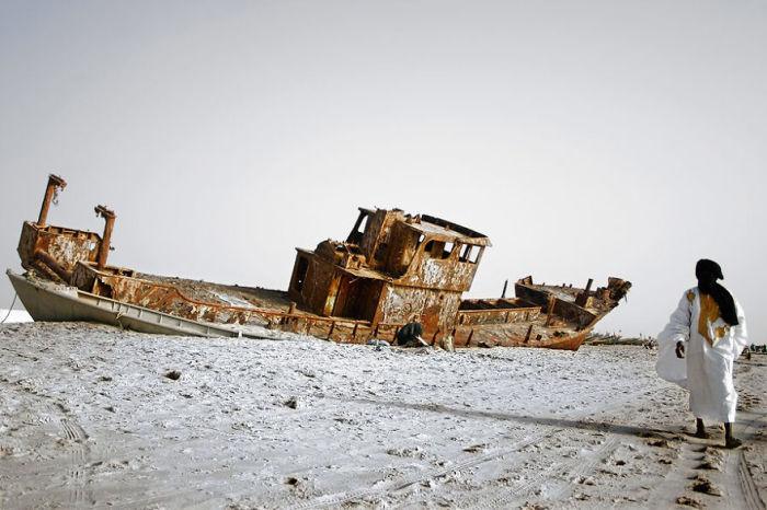 Старая конструкция на берегу Атлантического океана в Мавритании.