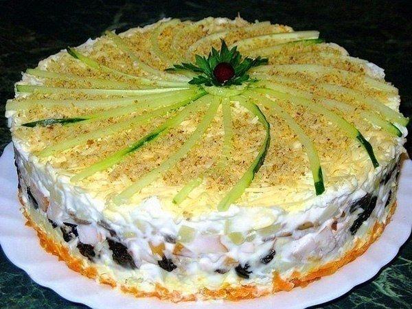 Слоеный закусочный торт с копчёной курицей, черносливом и шампиньонами...