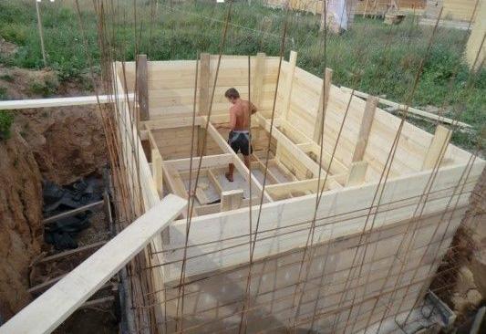Рис.11. Установка опалубки для заливки стен погреба