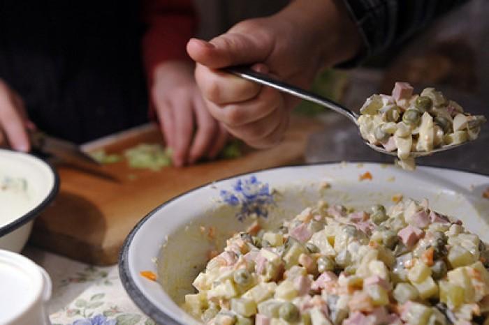 Кокорину и Мамаеву разрешат настрогать оливье к Новому году,но без зеленого горошка