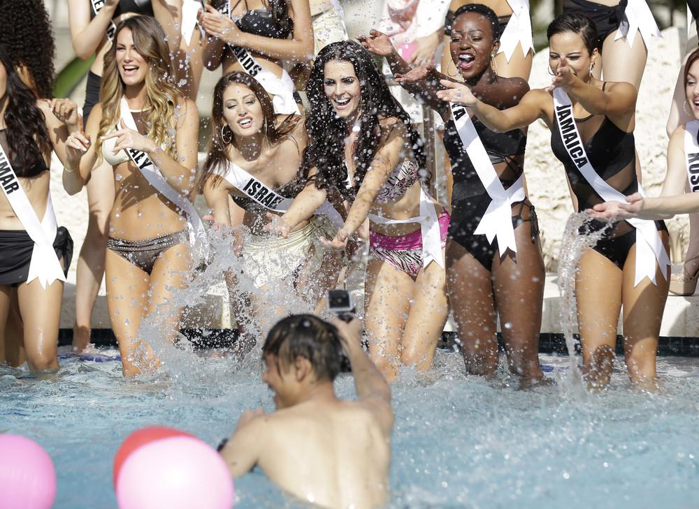 Конкурсантки «Мисс Вселенная 2015» в купальниках