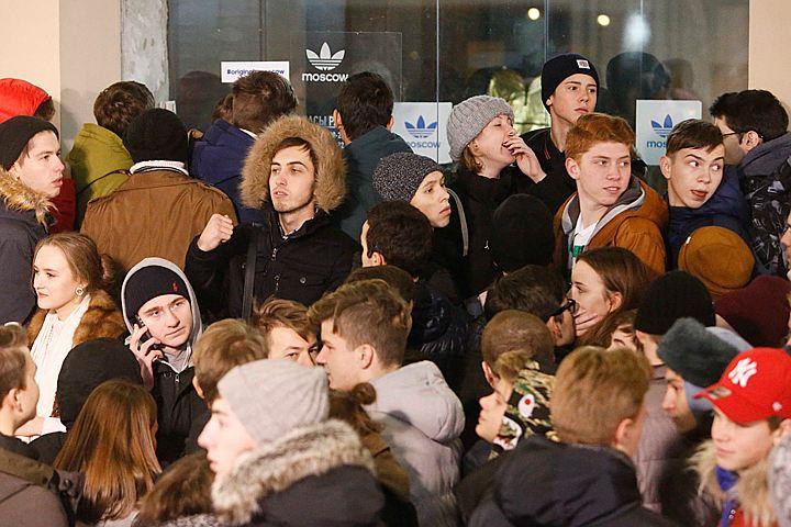 На Кузнецком мосту сотни людей стояли в очереди за кроссовками Канье Уэста по 17 000 рублей