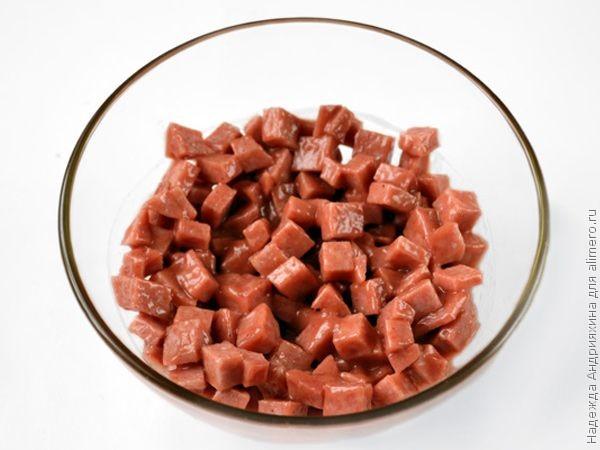 Слоеные чашечки с колбасой в пряно-сладком соусе