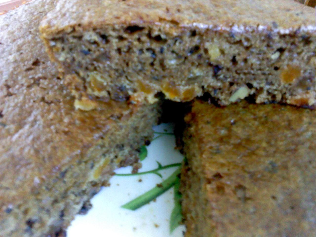 Простой постный пирог с курагой, изюмом и орехами