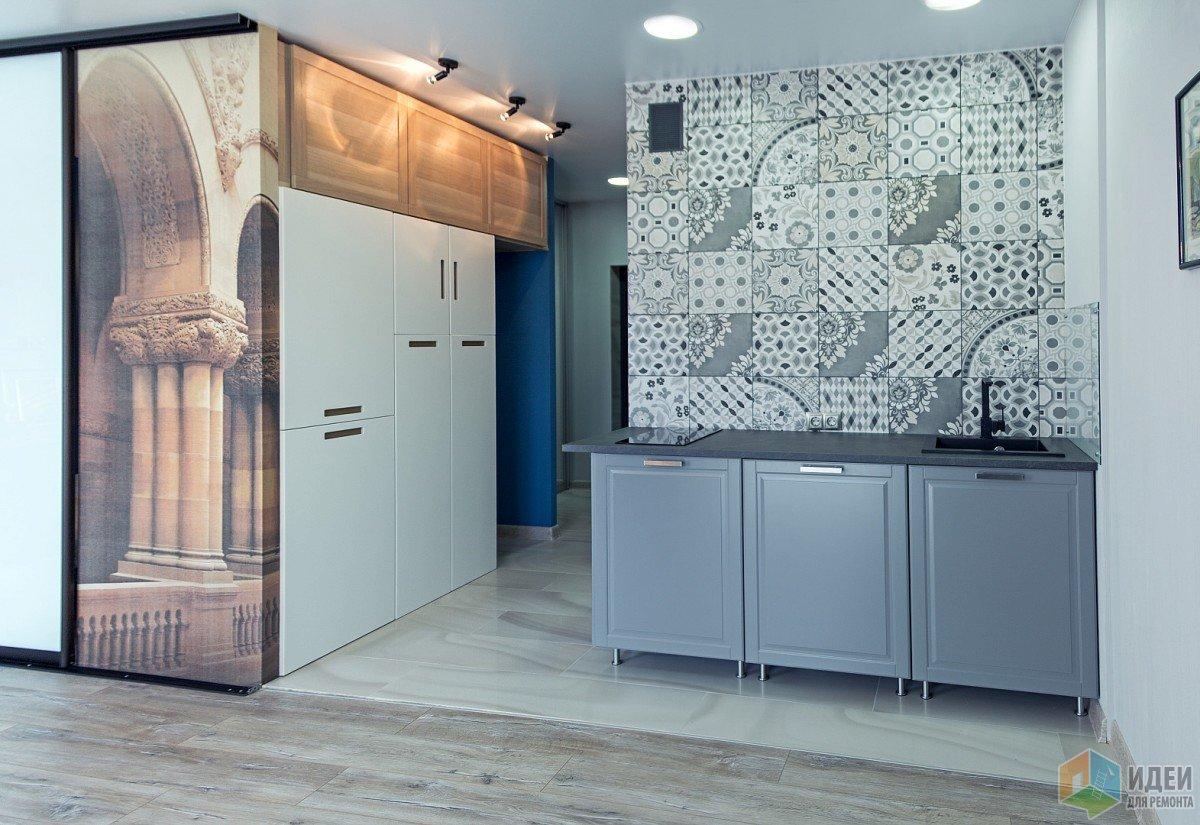 Виднеется место под холодильник, сверху вместительные антресоли глубиной на 60, и встроенные шкафы икеюшки любимой.