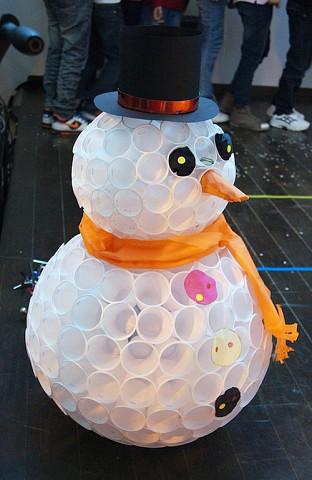 Скоро зима, пора готовиться! Сделайте красивого снеговика для украшения дома или двора. Вам понадобятся только пластиковые стаканчики и степлер!