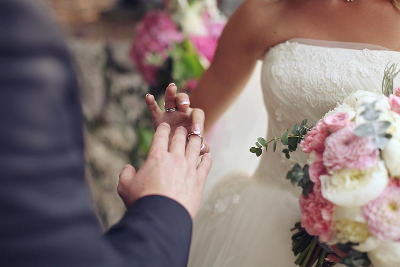 Коллега по работе пригласила на свадьбу… Требует на подарок в конверте