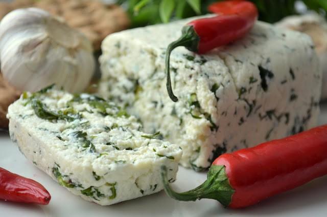 Очень вкусный домашний сыр с зеленью