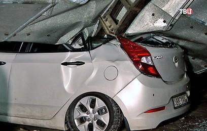 Рухнувшая крыша стоянки в Балашихе повредила 20 машин