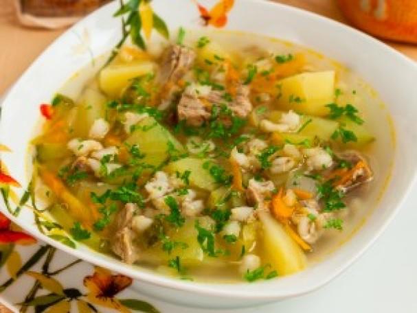 Популярное первое блюдо — ароматный рассольник с перловкой