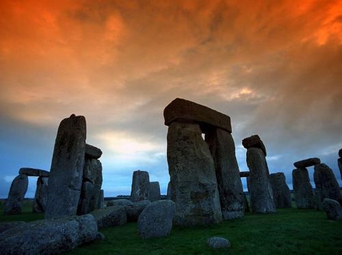Каменные руины Стоунхенджа расположены в долине Солсбери. Считается, что некоторые из камней были привезены сюда из Южного Уэльса (вес отдельных каменных глыб достигает 4 тонн).