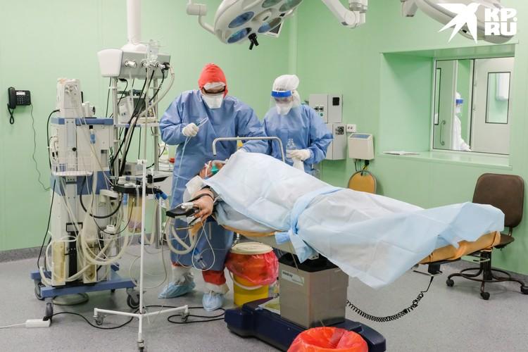 По словам ученых, коронавирусом женщина заразилась, когда лежала в больнице.