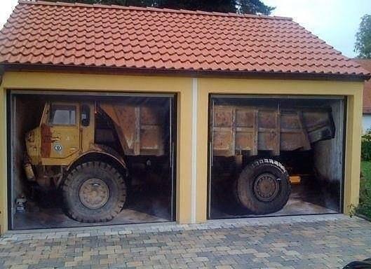 Арт на воротах гаража