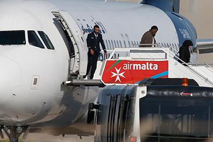 Угонщики ливийского самолета отпустили несколько заложников