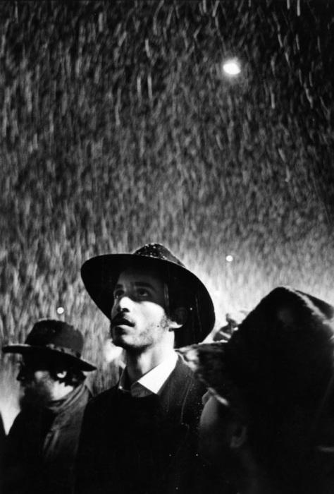 Люди на улице во время снегопада. Россия, 1994 год.