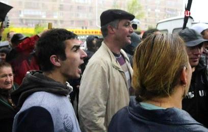 К протестующим в Армении присоединились военные