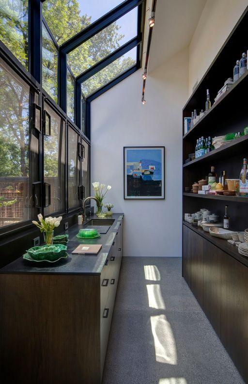 Картины и растения в декоре кухни-коридора