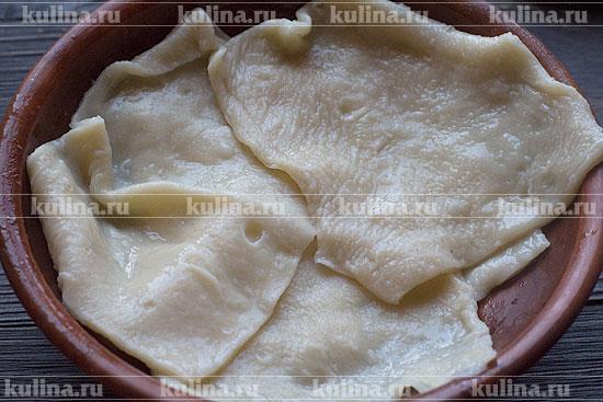 При подаче отваренное тесто положить в касу (миску).