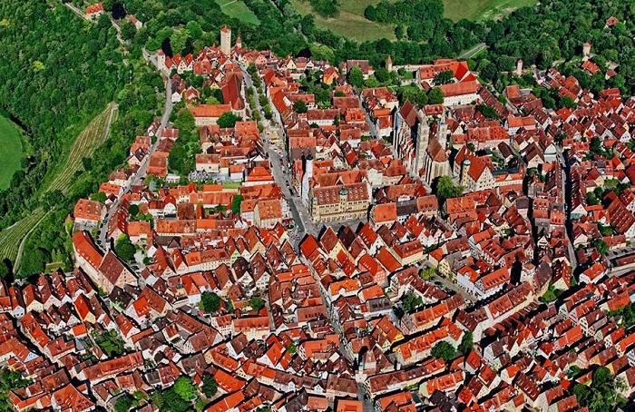Современный вид города с высоты птичьего полета