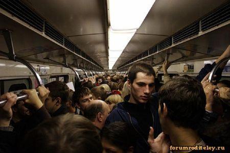 Зачем мужчина в переполненном общественном транспорте прижимается к женщине?