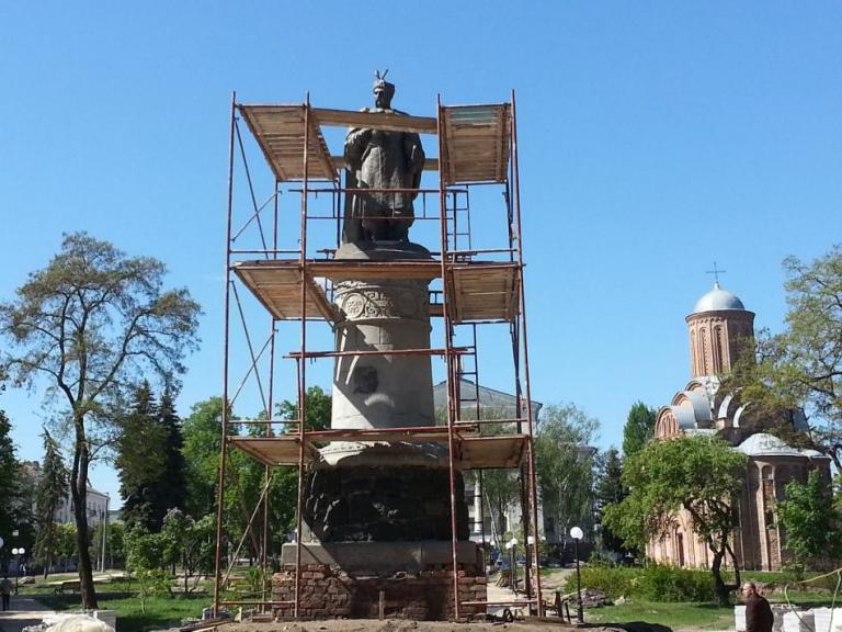 В Чернигове за 700 тысяч гривен повернули памятник Богдану Хмельницкому спиной к Москве