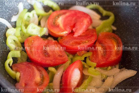 Выложить помидоры в сковороду к овощам.