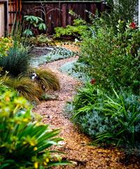 Дорожки на садовом участке из гравия своими руками 75