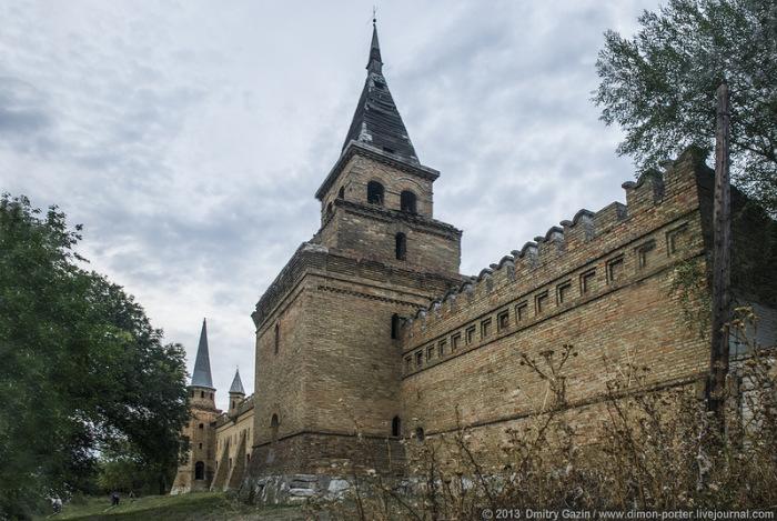 Они построены в том же стиле, что и Московский Кремль.