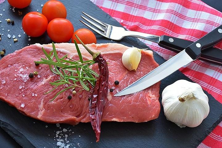 Ученые назвали главную опасность употребления красного мяса и печени