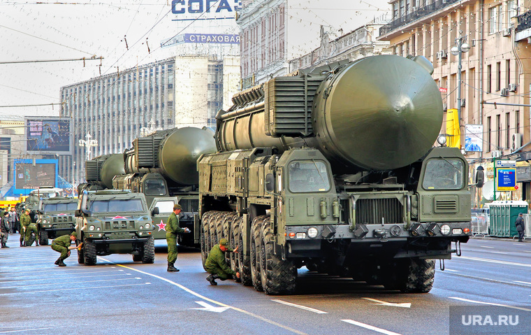 «Низкая точность компенсируется мощностью». В Сети высмеяли доклад Путину о российских ракетах.