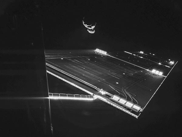 """Космический аппарат """"Розетта"""" сделал """"селфи"""" на фоне кометы"""