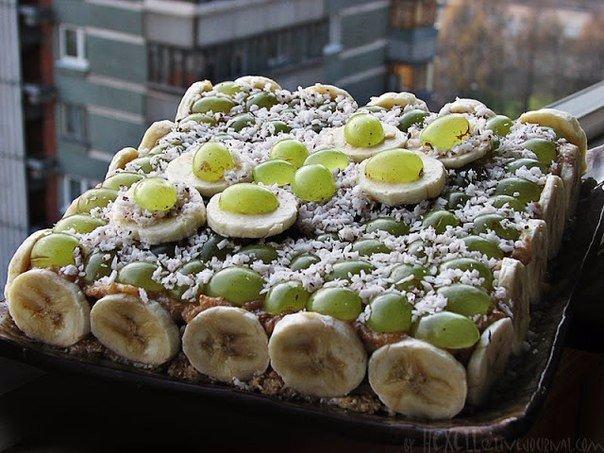 Виноградно-банановый торт с кокосовой стружкой.