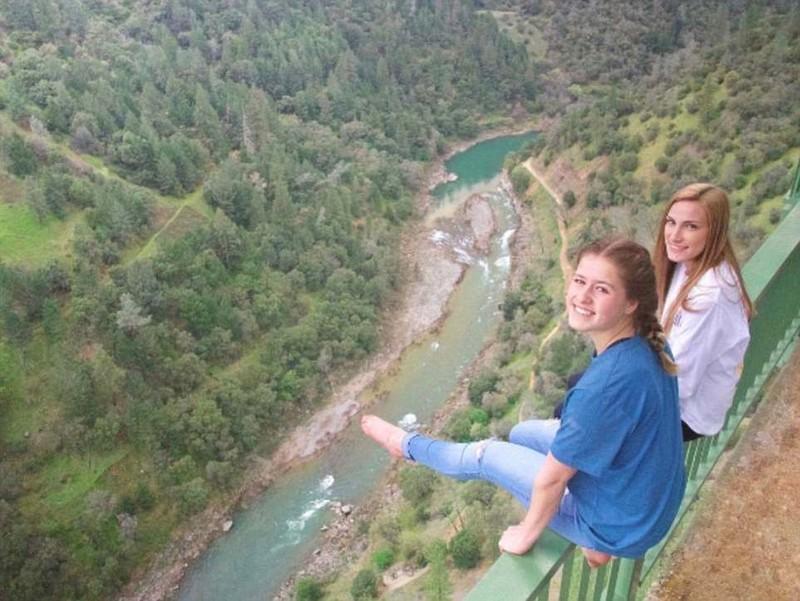Из-за селфи женщина упала с самого высокого в Калифорнии моста — но любителей риска это не останавли