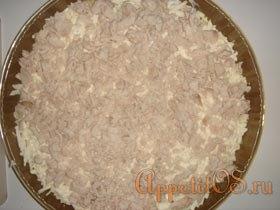 Выложить плавленый сыр и курицу смазать майонезом