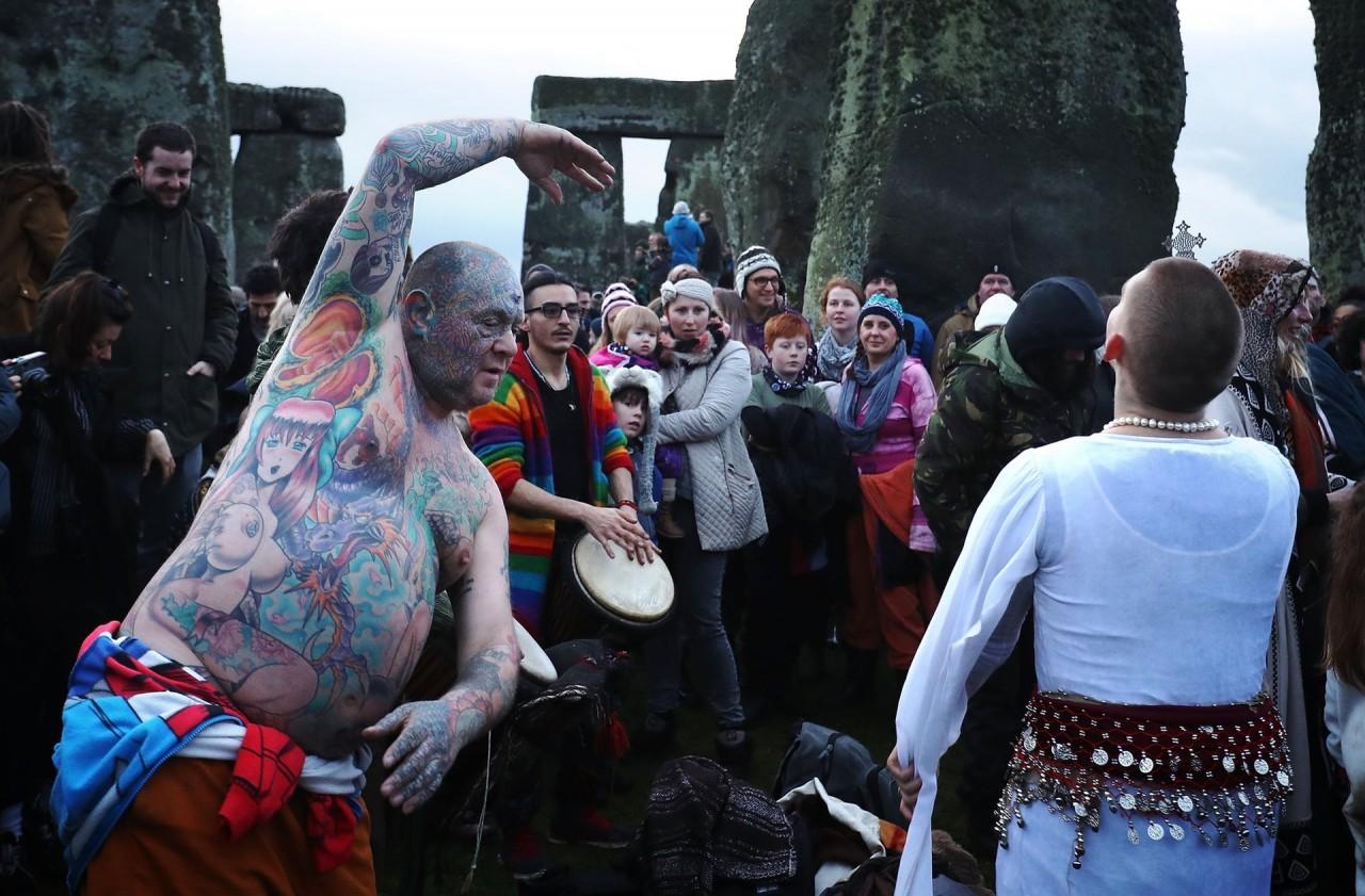 Друиды, язычники и ритуальные танцы: как проходит день зимнего солнцестояния в Стоунхендже