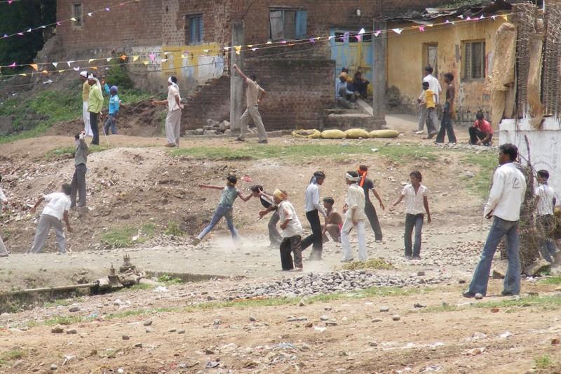 На фестивале метания камней в Индии пострадало почти 500 человек