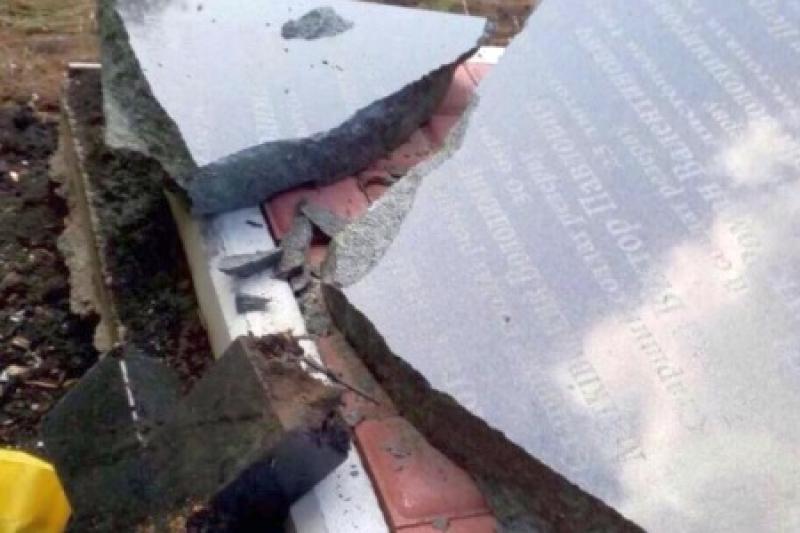 В Донецкой области жгут могилы «хероев АТО» и уничтожают памятники карбатам