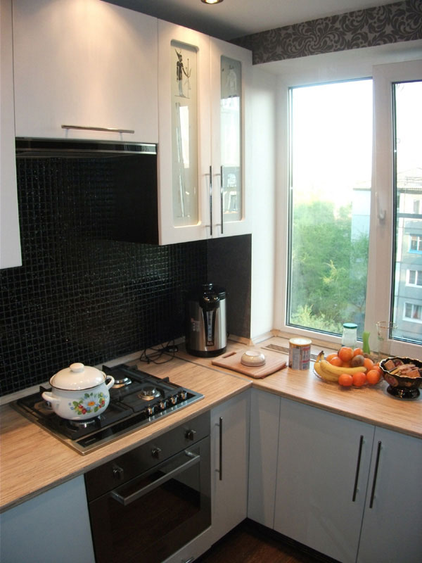Узкая длинная кухня в панельном доме.