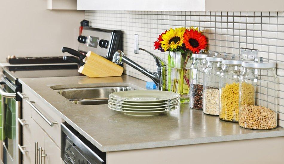 Как хранить все под рукой на маленькой кухне: 9 идей и 20 примеров