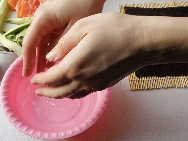 смачиваем руки в воде с уксусом