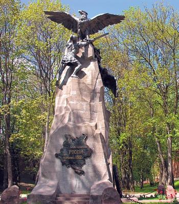 Чей символ орел наверху памятника и карта чего на камне?