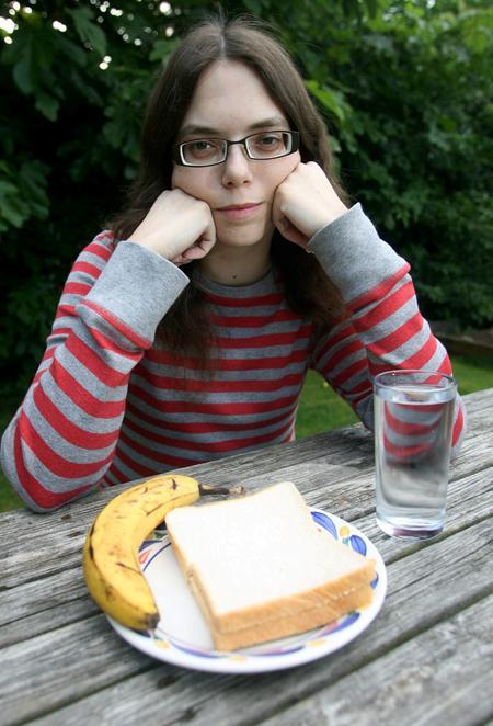 Девушка не чувствует голода и жажды после 15 лет питания через трубку