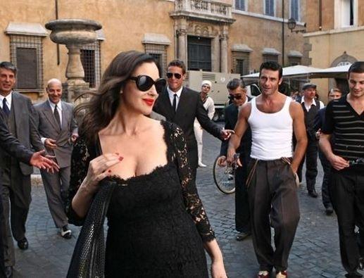 Фотография: Глупые женщины стараются поразить мужчин, одеваясь эксцентрично.  А мужчин это пугает, они терпеть не могут эксцентричности. Им нравится, когда оглядываются на их женщин, потому что они красивы. ©