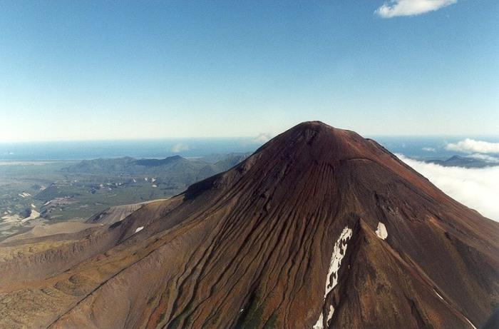 Вулкан на Курильских островах. | Фото: commons.wikimedia.org.