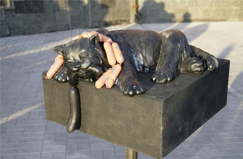 0028 Скульптуры и памятники кошкам