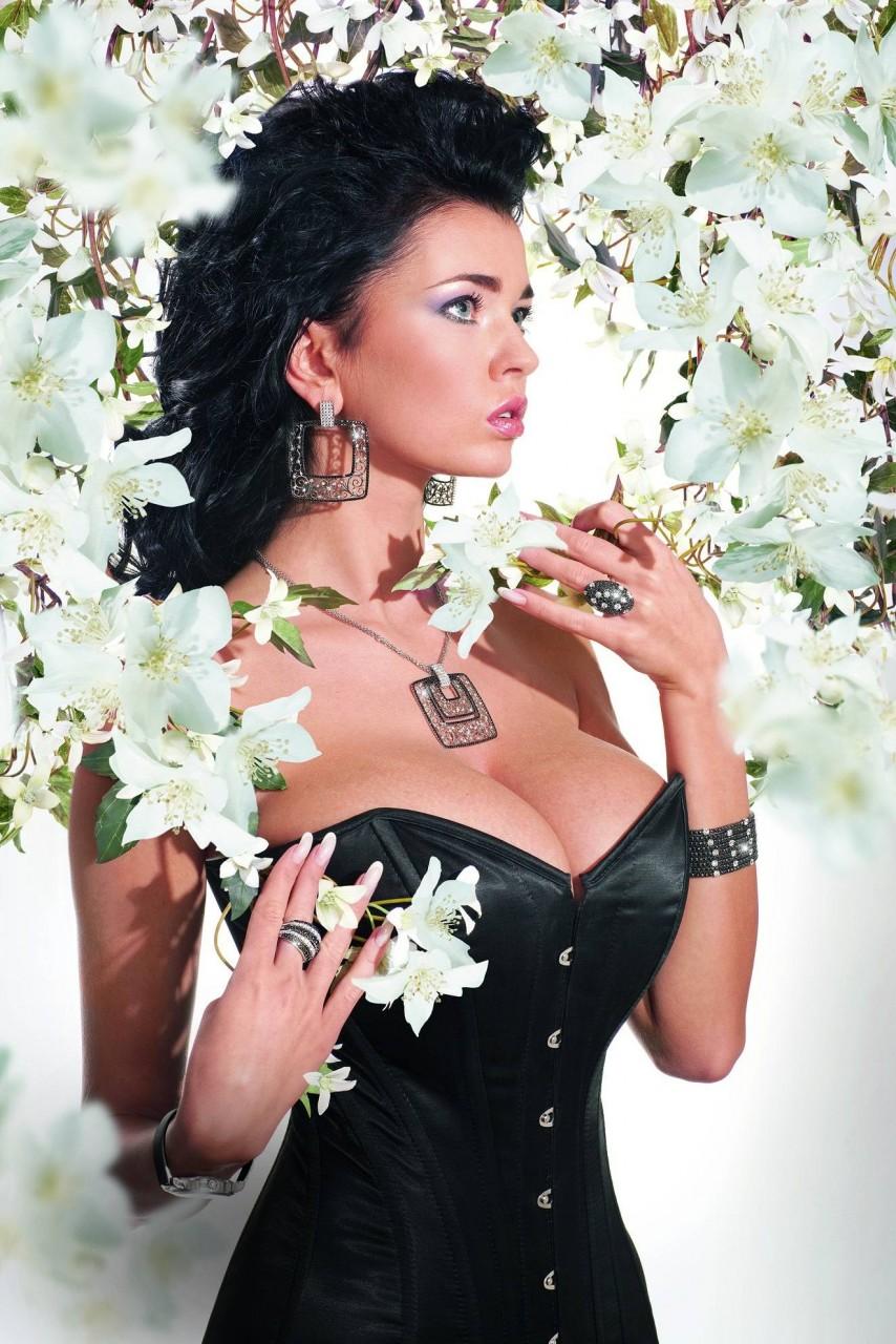В 2013 году Мисс бюст стала украинская красавица Катя Сидоренко
