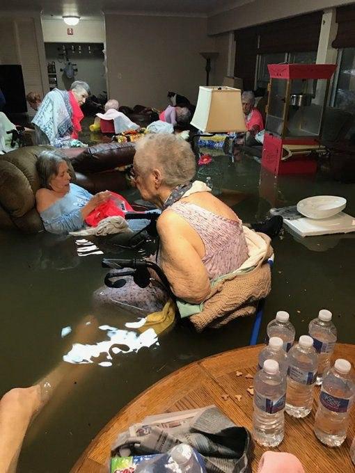 В Техасе вода тёплая - сидят в воде и не дрожат...