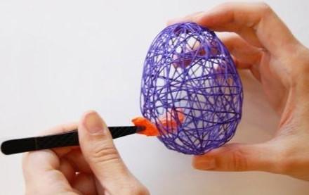 Мастерица залила клеем ПВА моток ниток, чтобы создать очень красивую пасхальную композицию... Великолепная идея для декора!