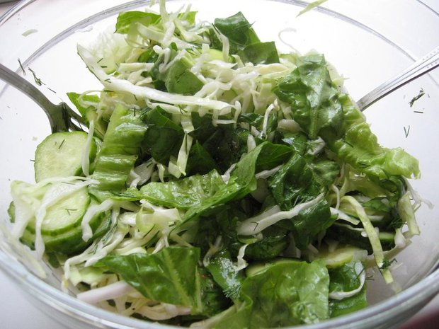 Салат с капустой свежей и огурцом и уксусом