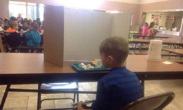 Мама пришла в школу проведать ребенка во время обеда. Но то, что она увидела в столовой, просто привело её в ужас!